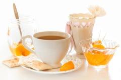 Rebanadas peladas de la mandarina en una galleta Imágenes de archivo libres de regalías