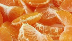 Rebanadas peladas giratorias de la mandarina almacen de metraje de vídeo
