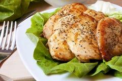 Pechuga de pollo cocida con la ensalada Imágenes de archivo libres de regalías