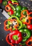 Rebanadas rojas y verdes de los paprikas Imagen de archivo