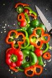 Rebanadas rojas y verdes de los paprikas Foto de archivo libre de regalías