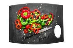 Rebanadas rojas y verdes de los paprikas Fotos de archivo