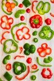 Rebanadas rojas y verdes de los paprikas Fotos de archivo libres de regalías