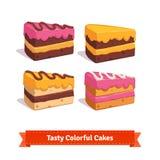 Rebanadas sabrosas de la torta con helar y crema Foto de archivo libre de regalías