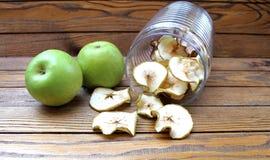 Rebanadas secadas de las manzanas en la tabla Fotos de archivo