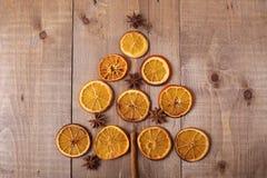 Rebanadas secas de naranjas que mienten en la tabla Ornamento decorativo C imagenes de archivo