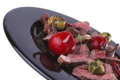 Rebanadas servidas de la carne de vaca en plato Fotos de archivo libres de regalías