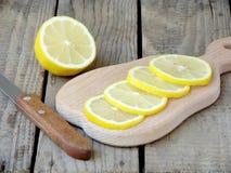 Rebanadas tajadas del limón en un tablero de madera Fotos de archivo libres de regalías