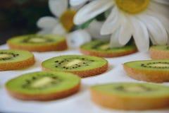 Rebanadas verdes de fruta de kiwi en el fondo blanco fotografía de archivo