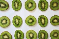 Rebanadas verdes de fruta de kiwi en el fondo blanco foto de archivo libre de regalías
