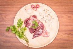 Rebanadas y ajo crudos frescos, pimienta de la carne de la carne de vaca en de madera Foto de archivo libre de regalías
