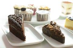 Rebanadas y magdalenas clasificadas de la torta Fotos de archivo
