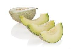 Rebanadas y mitad del melón del cantalupo en el fondo blanco Con la trayectoria de recortes Imágenes de archivo libres de regalías