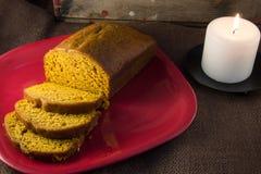 Rebanadas y pan del pan recientemente cocido al horno de la calabaza foto de archivo libre de regalías