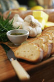 Rebanadas y romero 2 del pan de ajo Fotografía de archivo