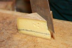 Rebanar el queso Imagenes de archivo