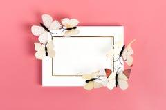 Rebanho de borboletas de couve para voar para fora do envelope roxo no fundo cor-de-rosa imagem de stock royalty free