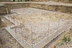 Rebar de poses de sous-sol de construction excavé photo stock