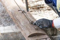 Rebar die door arbeider in bouwwerf buigen Royalty-vrije Stock Foto's