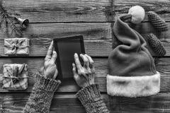 Rebecca 36 Concepto: Preparación de los regalos de la Navidad Tradiciones de la Navidad hombre, tableta, manos, paquetes, la Navi Fotografía de archivo libre de regalías