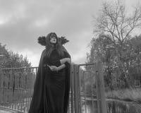 Rebecca 36 Het meisje in het masker en robes op de donkere achtergrond van het hemelbeeld aan Halloween Royalty-vrije Stock Fotografie