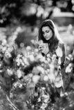 Rebecca 36 Mulher romântica nova no casaco de cabedal marrom sobre o retrato do outono do fundo Menina bonita que levanta no parq Fotografia de Stock Royalty Free