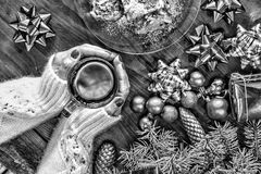 Rebecca 36 Noël An neuf Ornements d'arbre de Noël Une tasse de thé dans les mains d'une belle femme Photographie stock