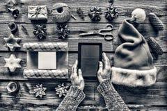 Rebecca 36 Preparando un regalo del ` s del Año Nuevo en casa Foto de archivo