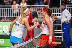 Rebecca Sramkova i Alona Ostapenko podczas świat grupy II Round Pierwszy gry między drużynowym Latvia Sistani i drużyną, zdjęcie stock