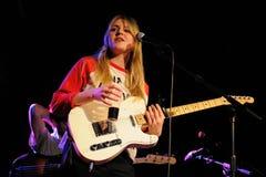 Rebecca Taylor, blondezanger en gitarist van Langzame Club Stock Afbeelding