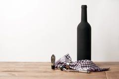 Rebeflasche und Sommelier stellten auf Holztisch mit weißem Hintergrund ein Lizenzfreies Stockbild