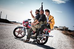 Rebeldes da motocicleta, Azaz, Síria. imagens de stock