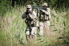 Rebellen militairen op patrouille Stock Afbeeldingen