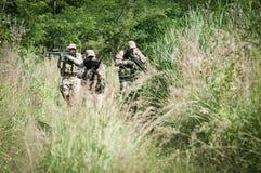 Rebellen militairen op patrouille Stock Fotografie