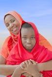 Rebellenjugendlicher in den Armen ihrer Mutter Stockfotografie