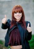 Rebellisches Jugendlichmädchen mit dem roten Haar o.k. sagend Stockbild