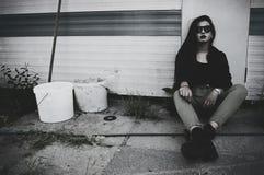Rebellisches Mädchen mit Sonnenbrille Stockbild