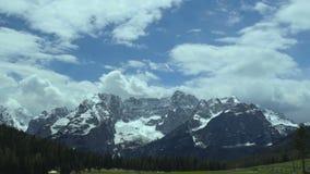 Rebelse wolken die boven kalme majestueuze Dolomietbergketen drijven, Italië stock footage