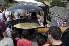 Reblochon: Het koken van een gigantische tartiflette Royalty-vrije Stock Foto