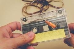 Rebobinado del hombre una cinta de casete Imagenes de archivo