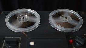 Rebobine la cinta en la grabadora vieja del carrete almacen de metraje de vídeo