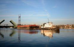 Rebocador e barca no rio de Norwalk fotos de stock royalty free