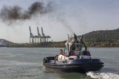 Rebocador no canal do Panamá foto de stock