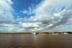 Rebocador que empurra uma barca ao longo do rio fotografia de stock royalty free