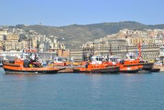 Rebocadores no porto de Genoa imagens de stock royalty free