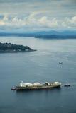 Rebocadores que ajudam ao navio de recipiente Foto de Stock Royalty Free