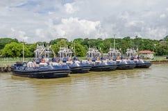 Rebocadores que esperam a ordem no canal do Panamá imagem de stock royalty free