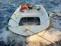 Rebocando barcos para pescar no mar fotos de stock