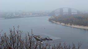 Rebocando duas barcas no rio video estoque