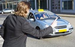 Rebocando um táxi Foto de Stock
